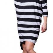 kvinde i stribet kjole