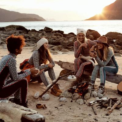 mennesker i kari traa tøj foran solnedgang