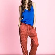lollys laundry, kvinde i royal blue bluse og rødbrune chinos