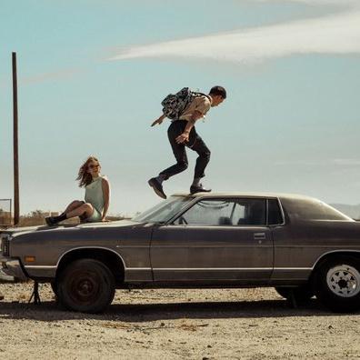 ung par på bil, med eastpaktasker