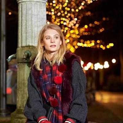 Unmade Copenhagen, kvinde med røde hansker og tørklæde