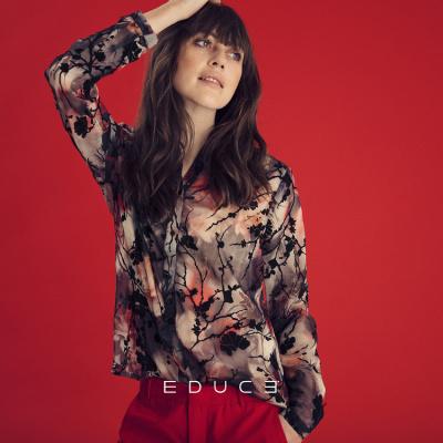 pige foran rød væg med skjorte