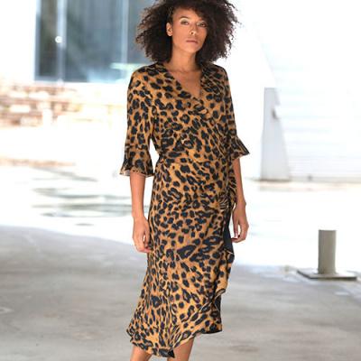 kvinde med leopard kjole
