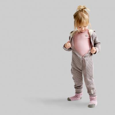 pige i papfar tøj