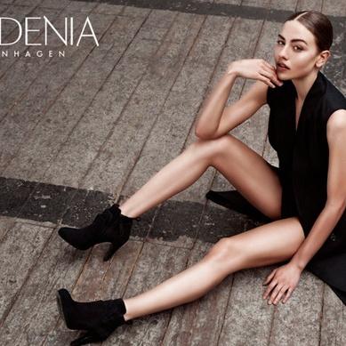 gardenia dame i sort kjole