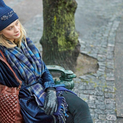 Unmade Copenhagen, kvinde med unmade tørklæde i blå nuancer