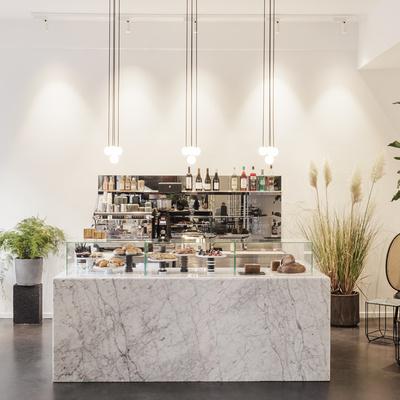 Louise Roe Lagersalg, Cafeen hos Louise Roe har også åbent